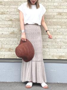 白いtシャツ ベージュのスカート