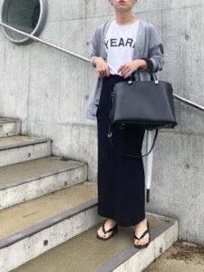 グレーのカーディガン 黒いスカート