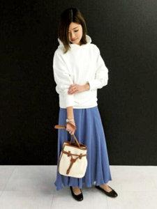 女性 白いパーカー 青いスカート