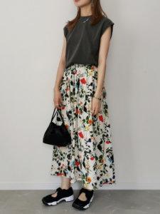 黒いトップス 花柄のスカート 黒い鞄