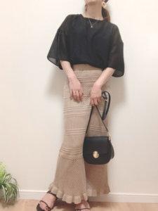 黒いトップス ブラウンスカート