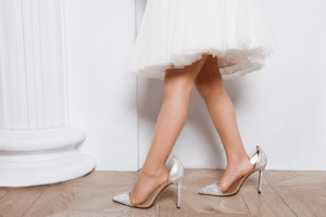 女性 白いスカート ヒール