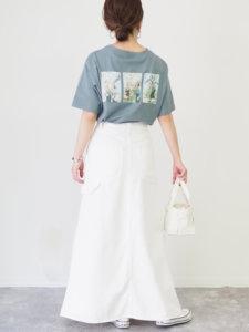 水色tシャツ 白スカート