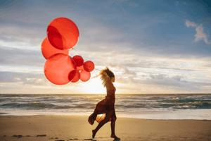 赤い風船 ビーチ 女性