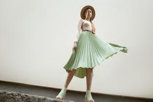 女性 帽子 黄緑スカート