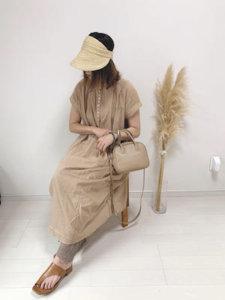 ベージュのワンピースを着た女性