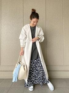 白いロングカーディガン 黒い柄スカート