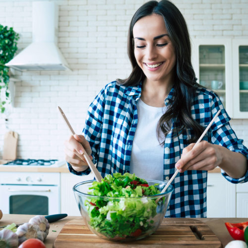 サラダを作る女性