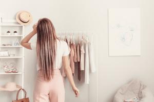 後ろ姿の女性 白いtシャツ ピンクのパンツ