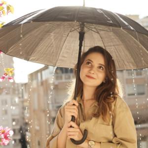 雨の日は通勤コーデに頭を抱える!「ジメジメな雨の日」も素敵に輝く梅雨コーデ10選
