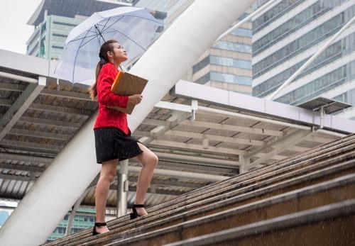 雨の日 コーデ 梅雨 通勤コーデ 30代 40代 オフィスカジュアル