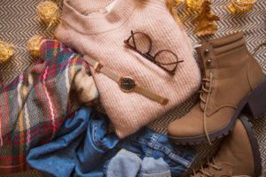 セーター、ジーンズ、ブーツ、秋・冬季のアイデア、眼鏡、時計アクセサリーを使った秋の服