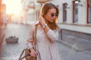 カジュアルな服を着た女性